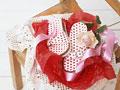 贈り物のサンダルとバラの写真