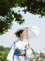 日傘をさす浴衣の女性の写真