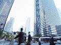ビル街とビジネスマンの写真