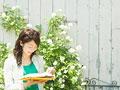 読書をする若い女性の写真
