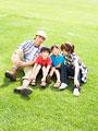 草原に座る親子の写真