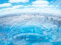 青空と市街地の写真