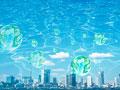 水面と市街地の写真