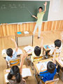 授業中の小学生の写真
