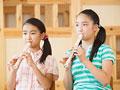 リコーダーを吹く小学生の写真