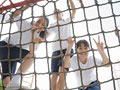 遊具に登る小学生の写真