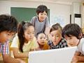 パソコンをする小学生の写真