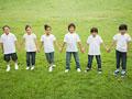 一列に立つ小学生の写真