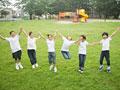 ジャンプする小学生の写真