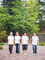 校庭を歩く小学生の写真