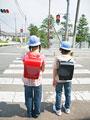 信号を待つ小学生の写真