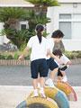 遊具で遊ぶ小学生の写真