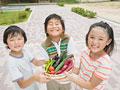 野菜を持つ小学生の写真