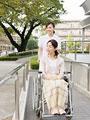 車椅子の患者と看護師の写真