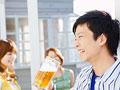 ビールを飲む男性の写真