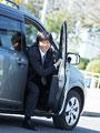 車から降りるビジネスマンの写真