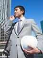 携帯電話をかけるビジネスマンの写真