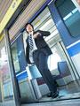 電車から降りるビジネスマンの写真
