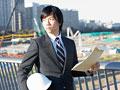 図面を持つビジネスマンの写真