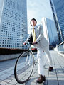自転車を押すビジネスマンの写真