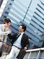 握手をするビジネスマンの写真