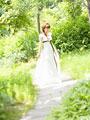 森を歩く新婦の写真