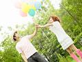 風船を持つカップルの写真