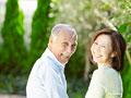 笑顔の夫婦の写真