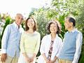 笑顔のシニアグループの写真