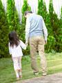 散歩をする祖父と孫の写真