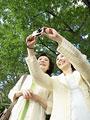 写真を撮るシニア女性の写真