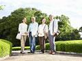 旅行をするシニアグループの写真