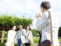 写真を撮るシニアグループの写真
