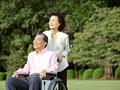 車椅子のシニア夫婦の写真
