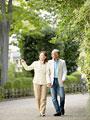 散歩をするシニア夫婦の写真