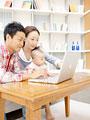 ノートパソコンを見る親子の写真