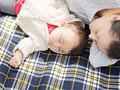 眠る母親と赤ちゃんの写真