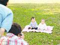 写真撮影をする親子の写真