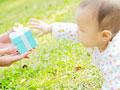 ギフトボックスと赤ちゃんの写真