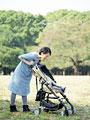 ベビーカーを押す母親の写真