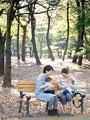 公園で遊ぶ親子の写真