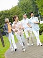 ジョギングをするシニアグループの写真
