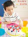 男の子とケーキのおもちゃの写真