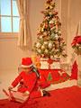 クリスマスプレゼントを開ける女の子の写真