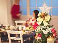 クリスマスツリーと食卓の写真
