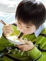 食事をする少年の写真