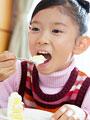 ケーキを食べる少女の写真