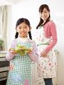 料理をする母親と娘の写真