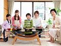花見弁当に喜ぶ三世代家族の写真