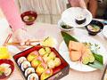 お寿司を取る女性の手元の写真